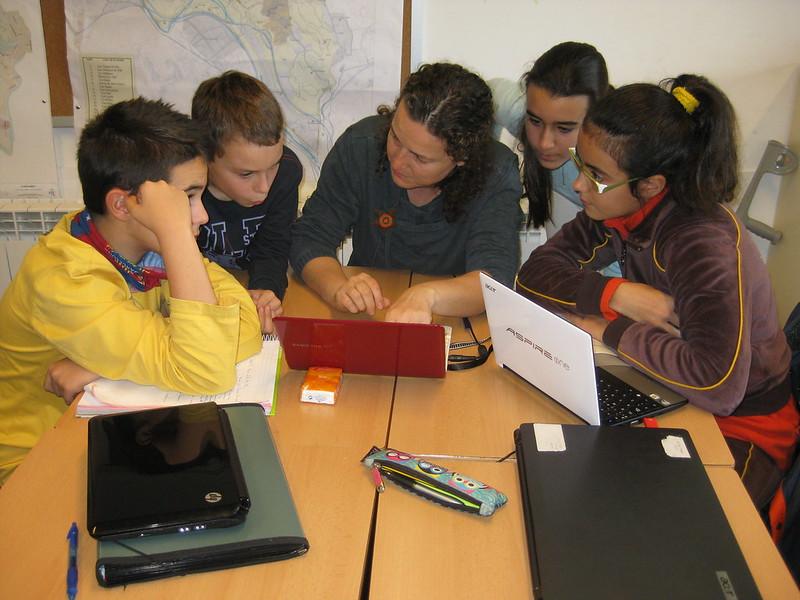 Grupos base analizando el trabajo de campo con la profesora